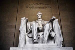 скульптура Линкольна из мраморного блока